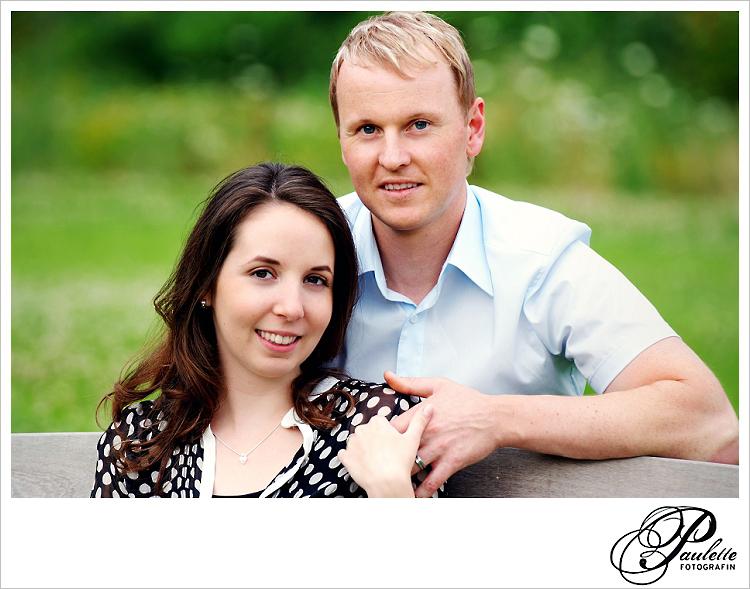 Lächelnde Verlobte beim Engagement Portrait Paar Fotoshooting in der Propstei Johannesberg Fulda für die Hochzeitseinladungskarte.