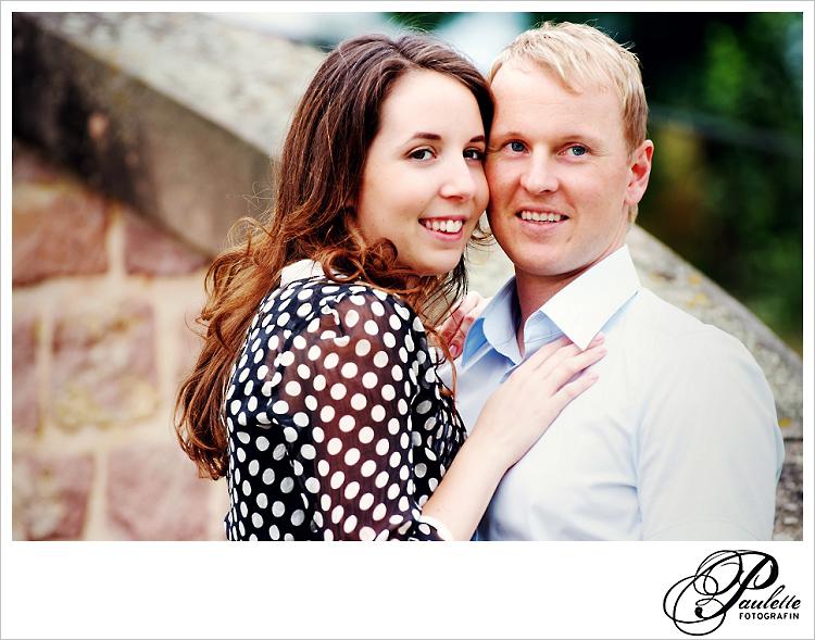 Verliebtes Paar beim Engagement Portrait Fotoshooting für die Hochzeitseinladung in der Propstei Johannesberg Fulda.