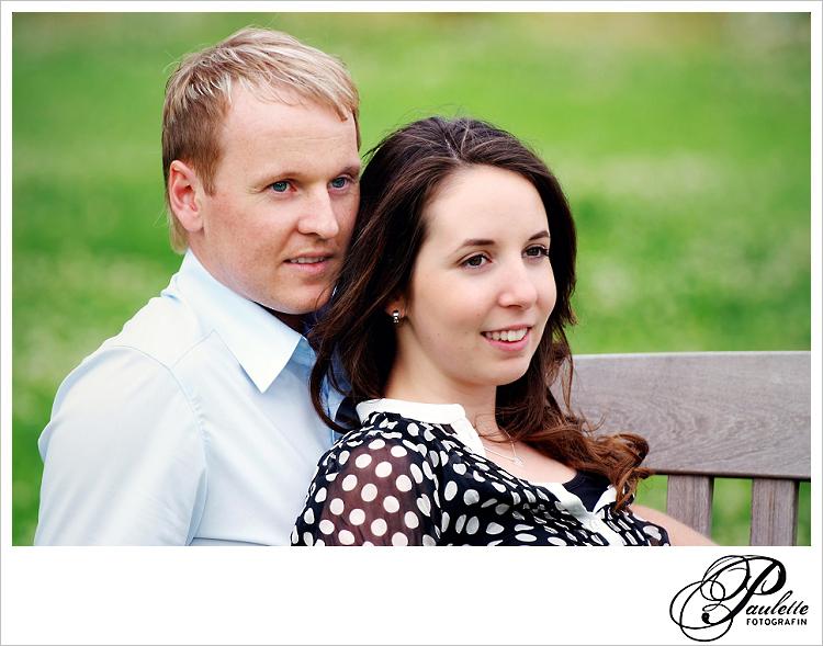 Verlobungsfoto für Hochzeitseinladung von einem verliebten Paar beim Engagement Portrait Paar Fotoshooting in der Propstei Johannesberg Fulda.