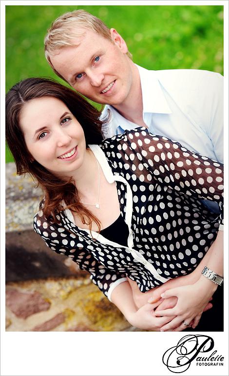 Paar Portrait von Verlobten beim Engagement  Fotoshooting in der Propstei Johannesberg Fulda für die Hochzeitseinladungskarte.
