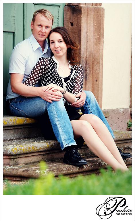 Verliebtes verlobtes Paar beim Engagement Portrait Fotoshooting in der Propstei Johannesberg Fulda für die Hochzeitseinladung.