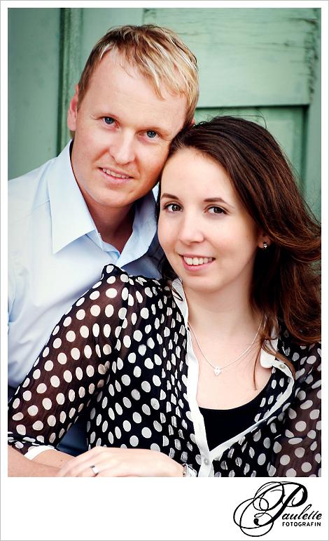 Nahaufnahme Portrait von verlobtem Paar vor einer aöten grünen Tür beim Engagement Fotoshooting in der Propstei Johannesberg Fulda.