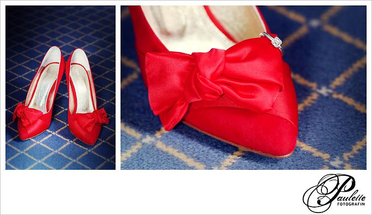 Roter spitzer Pump als Brautschuh fotografiert mit dem Verlobungsring und Hochzeitsring.