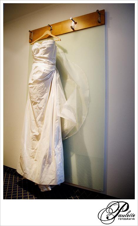 Elegantes weisses Hochzeitskleid fotogarfiert im Hotel Maritim Fulda beim Getting ready der Braut.