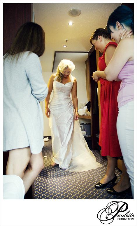 Braut zeigt ihr Hochzeitskleid ihren Freundinnen beim Getting ready im Maritim Fulda.