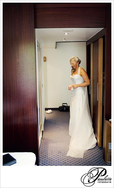Braut steht aufgeregt im Hotelzimmer Maritim in Fulda kurz vor dem First Look wo sie Ihren Bräutigam zum ersten mal sieht.