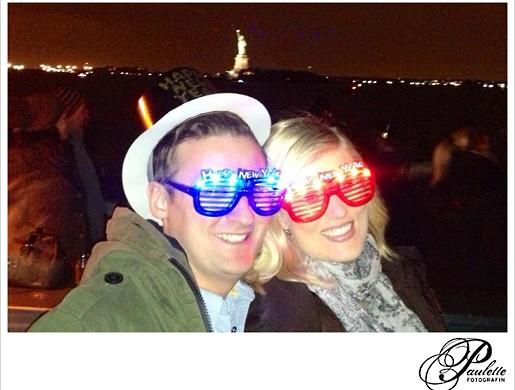 Lustige blinkende Happy New Year Sonnenbrillen mit Freiheitsstatue New York Silvester 2013.