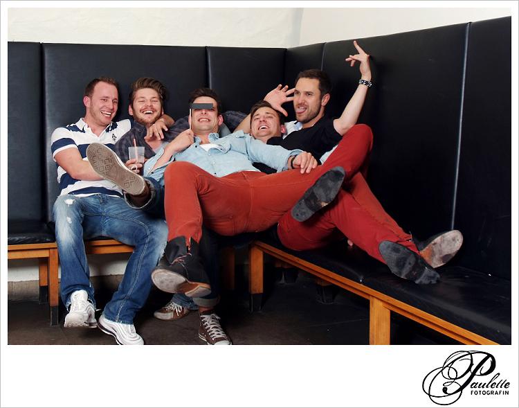 Die Jungs haben Spass im Photobooth zur 30. Geburtstagsparty im Museumskeller Fulda mit roten Hosen.