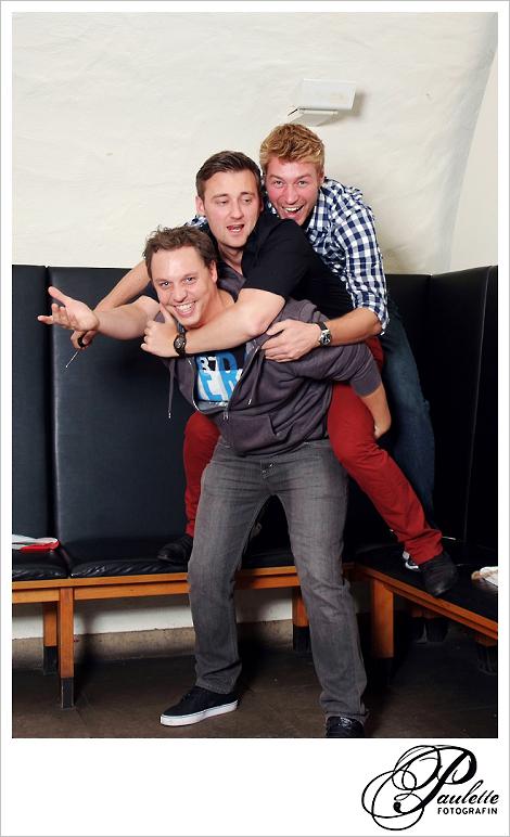 Die Jungs haben Spass mit Huckepack im Photobooth zur 30. Geburtstagsfeier Party im Museumskeller Fulda.