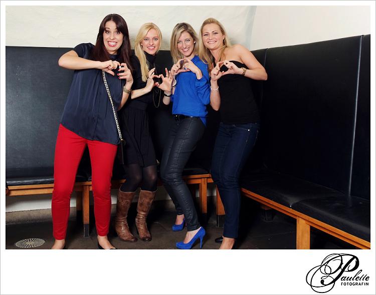 We love Photobooth, die Mädels haben Spass im Photobooth zur 30. Geburtstagsfeier Party im Museumskeller Fulda.