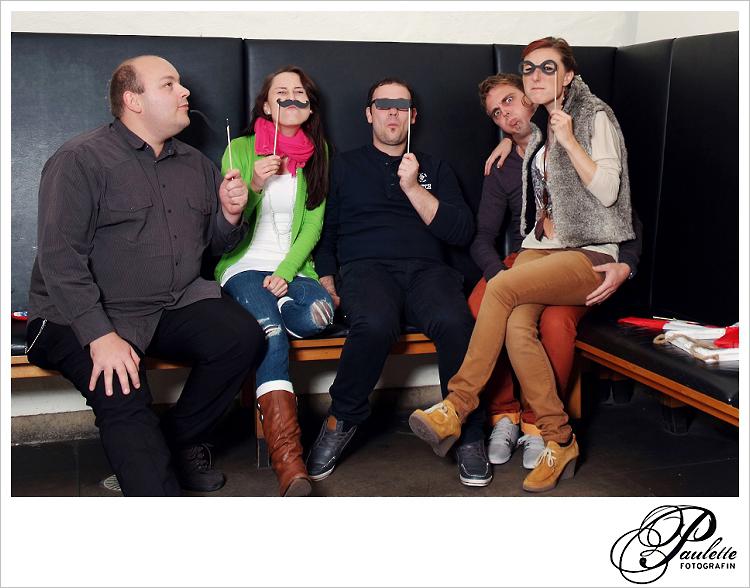 Party Gäaste und Freunde Spass mit der Verkleidung im Photobooth zur 30. Geburtstagsfeier Party im Museumskeller Fulda.