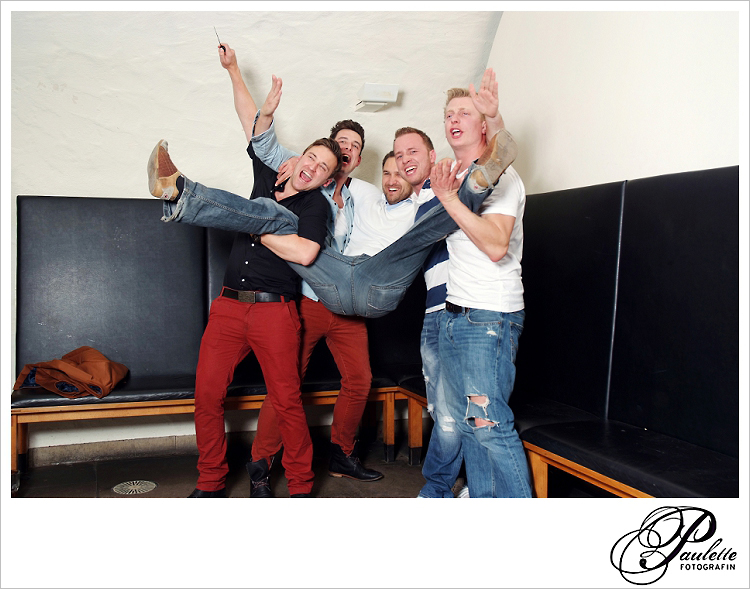 Die Jungs haben Spass und tragen den Freund im Photobooth zur 30. Geburtstagsfeier Party im Museumskeller Fulda.
