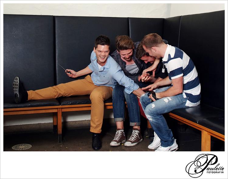 Die Jungs haben ein kleines Kämpfchen aus Spass im Photobooth zur 30. Geburtstagsfeier Party im Museumskeller Fulda.
