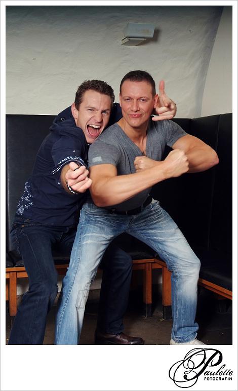 Harte Jungs zeigen ihr Muskeln und haben Spass im Photobooth zur 30. Geburtstagsfeier Party im Museumskeller Fulda.