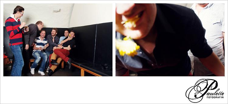 Blumen fressen, die Jungs haben Spass im Photobooth zu später Stunde zur 30. Geburtstagsfeier Party im Museumskeller Fulda.