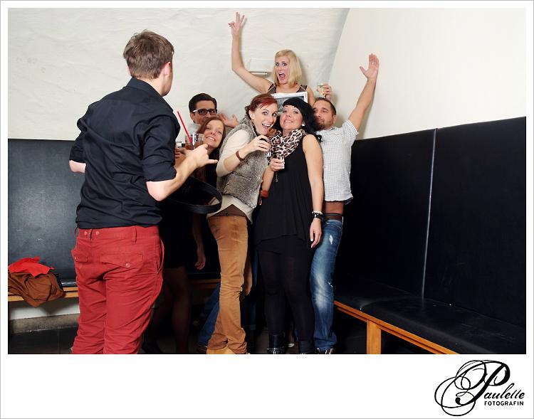 Alte Freunde feiern und haben Spass im Photobooth zur 30. Geburtstagsfeier Party im Museumskeller Fulda.