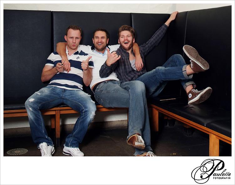 Die Jungs haben Spass beim Gruppenfoto im Photobooth zur 30. Geburtstagsfeier Party im Museumskeller Fulda.