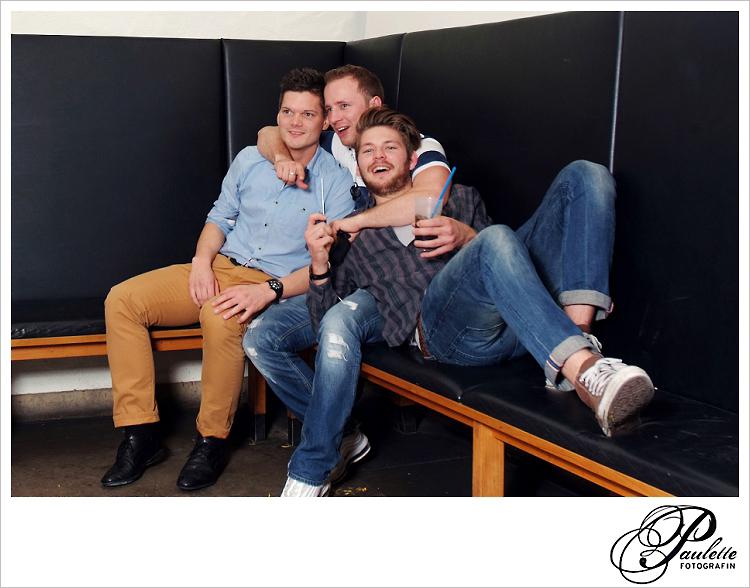 Die Jungs haben Spass mit Freunde und Party Gäste haben Spass im Photobooth zur 30. Geburtstagsfeier Party im Museumskeller Fulda.
