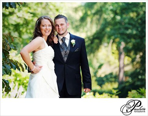 Brautpaar lässt sich von Paulette Fotografin an ihrem Hochzeitstag im Schlossgarten Fulda fotografieren.