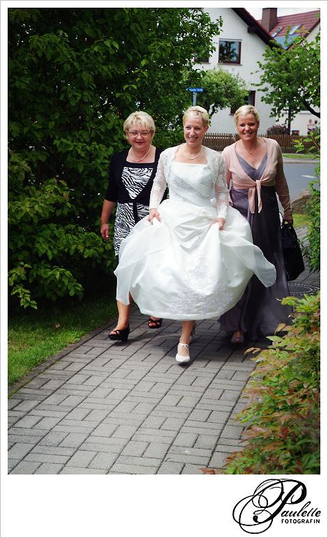 Klassische Braut läuft mit Schwester und Patentant in Fulda Bronnzell.