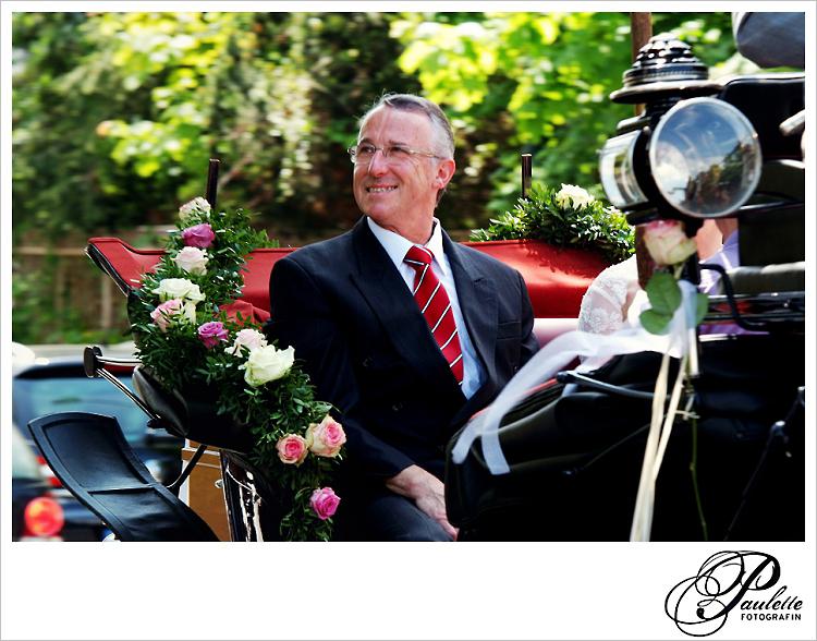 Stolzer Vater der Braut sitzt in der Hochzeitskutsche auf dem Weg zur kirchlichen Trauung in Fulda Bronnzell.