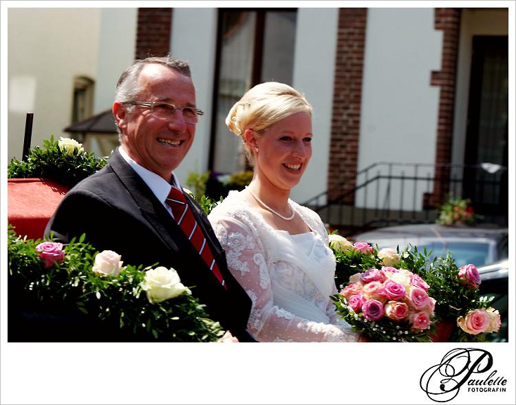 Stolzer Vater der Braut und Braut in der Hochzeitskutsche zur kirchlichen Trauung in Fulda Bronnzell.