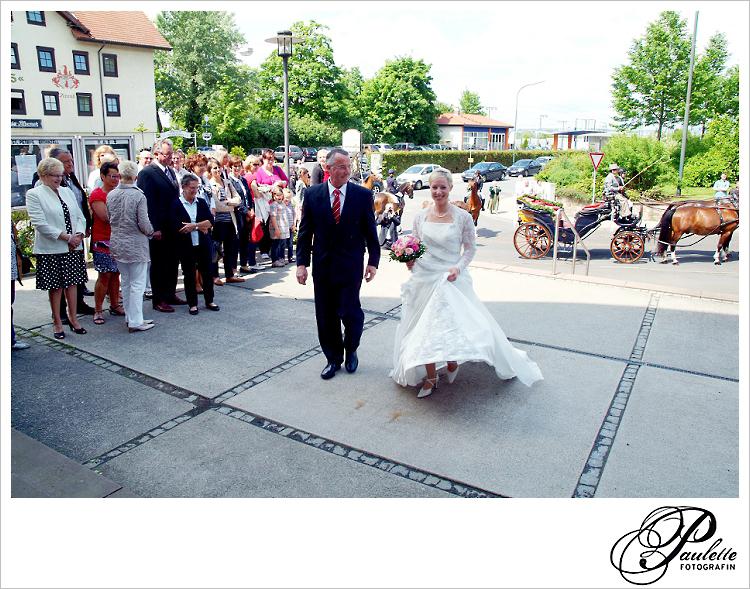 Stolzer Vater der Braut führt seine Tochter zur katholischen Kirche St. Petrus in Fulda Bronnzell zu Ihrer kirchlichen Hochzeits Trauung.