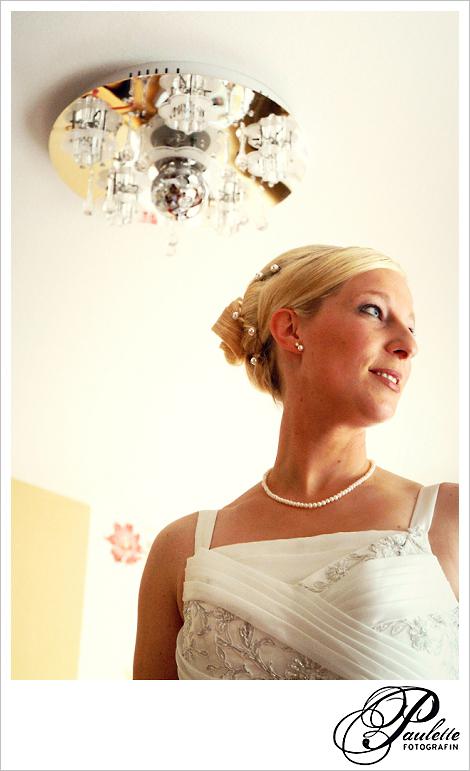 Braut im Brautkleid beim Getting Ready für die Hochzeit in Fulda Bronnzell.