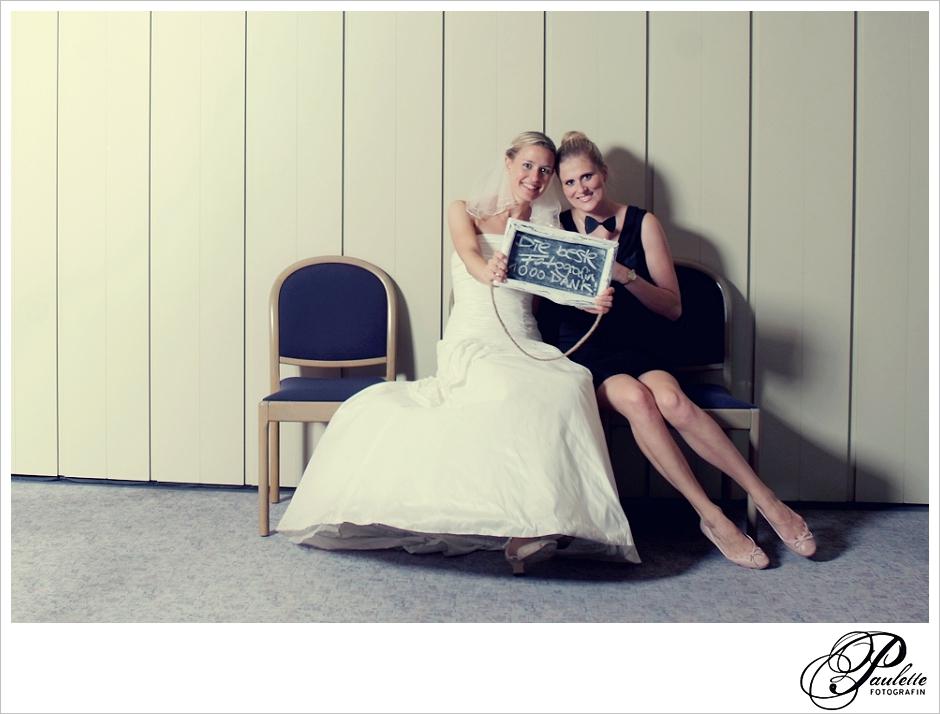 Hochzeitsfotografin Hannover Paulette im Photobooth mit Braut und Schild Beste Fotografin.