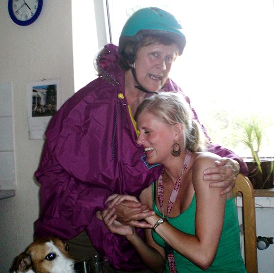 Paulette Fotografin mit Mama und Hund Fahrradhelm und Regencape.