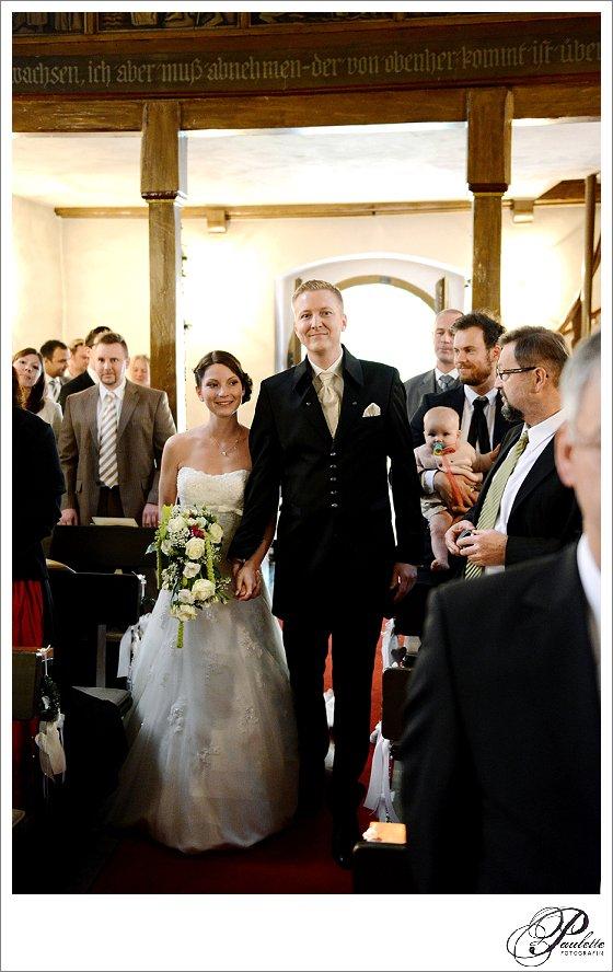 Brautpaar läuft ein bei der kirchlichen Trauung in Frankfurt am Main.