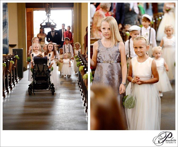 Brautmädchen und Brautjungen laufen ein vor der Braut und Brautvater bei der kirchlichen Hochzeit am Frauenberg in Fulda.