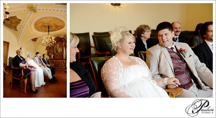 Brautpaar und Trauzeugen lachen bei der standesamtlichen Trauung in der Schlosskapelle im Standesamt in Fulda.