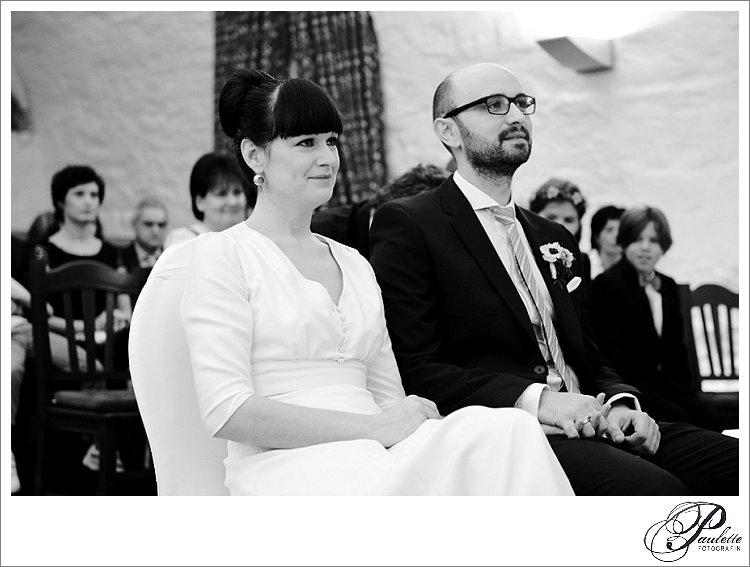 Schwarz-weiss Foto vom Brautpaar während der standesamtlichen Trauung im Schloss Geisa.
