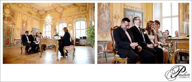 Brautpaar und Trauzeugen lachen während der standesamtlichen Trauung im Rokokosaal im Stadtschloss in Fulda.