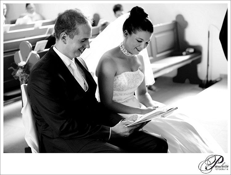 Das Brautpaar singt zusammen an der kirchlichen Hochzeit während der Trauung im Vogelsbergkreis.