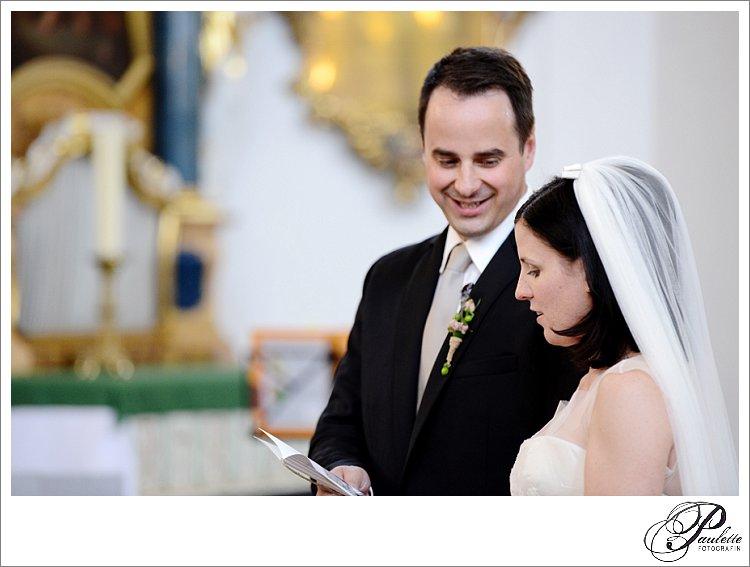 Das Brautpaar singt in der Kirche bei der Trauung in Fulda.