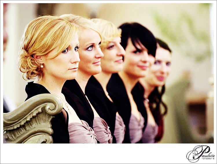 Brautjungfern sitzen in der Reihe in der Bank in der Kirche mit braunem Kleid und schwarzer Stola währned der kirchlichen Trauung in Fulda.