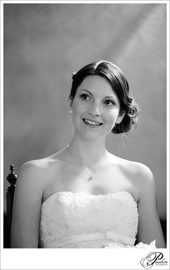 Schönes schwarz-weiss Portrait einer jungen Braut in der Kirche während der Trauung.