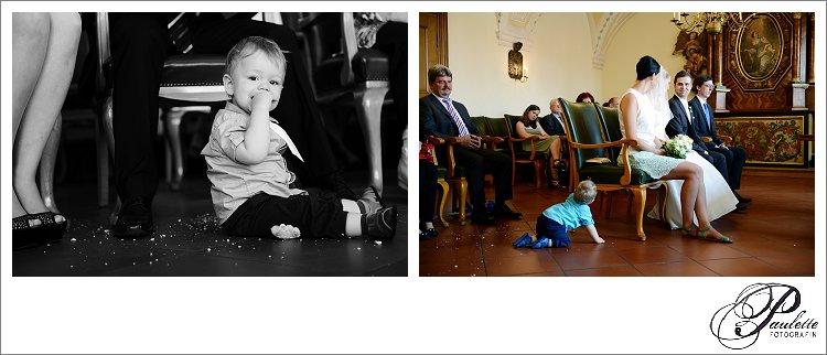 Kleiner Junge krümelt beim Essen und krabbelt zum Brautpaar während der standesamtlichen Trauung in der Schlosskapelle in Fulda.