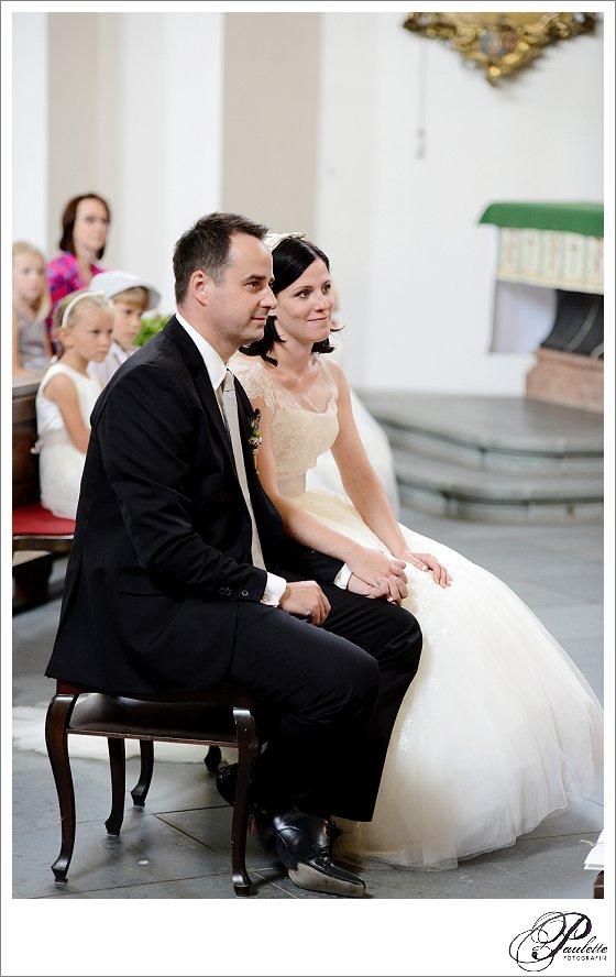 Brautpaar lauscht der Predigt während der kirchlichen Trauung in Fulda.