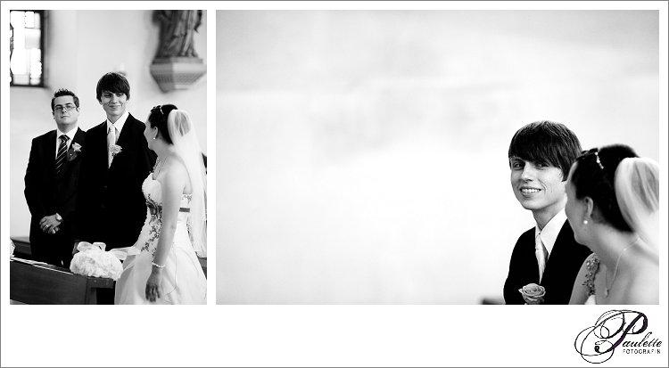 Junges Brautpaar strahlt sich an bei der kirchlichen Trauung in Eisenach fotografiert von Paulette Fotografin.
