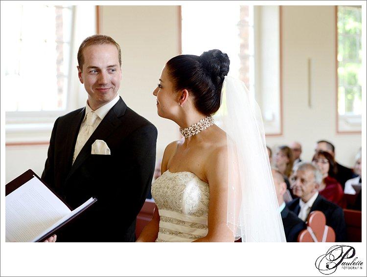 Brautpaar im Vigelsberg schaut sich an vor dem Eheversprechen bei der kirchlichen Trauung fotografiert von Paulette.
