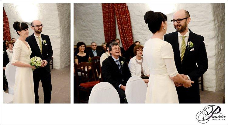 Dunkelhaarige Braut mit Pony und Bräutigam mit Brille geben sich das Ja-Wort bei der standesamtlichen Trauung im Schloss Geisa.
