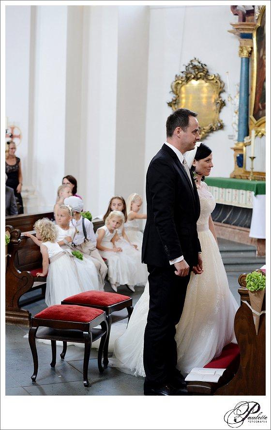 Brautpaar mit vielen Brautkindern in der Kirche am Frauenberg in Fulda an der Hochzeit.