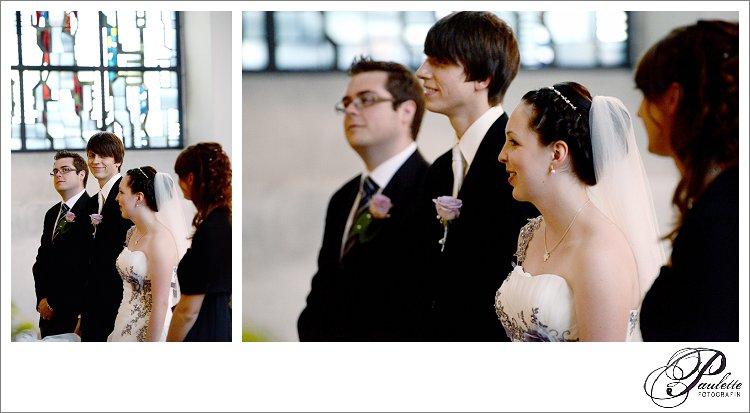 Junges Brautpaar mit lila Brautschmuck und Kleid bei der kirchlichen Trauung in Eisenach mit den Trauzeugen am Altar.