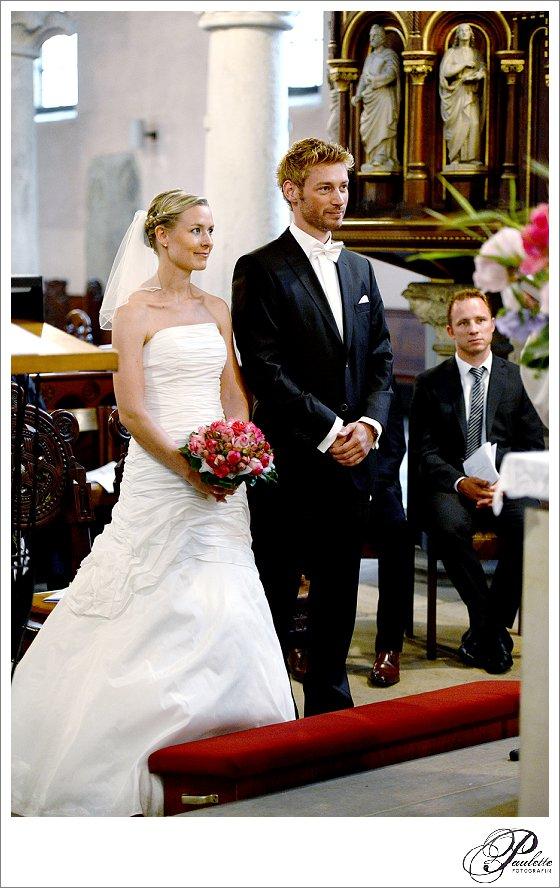 Schönes Brautpaar vor dem Altar bei Ja-Wort in der Kirche in Hannover.
