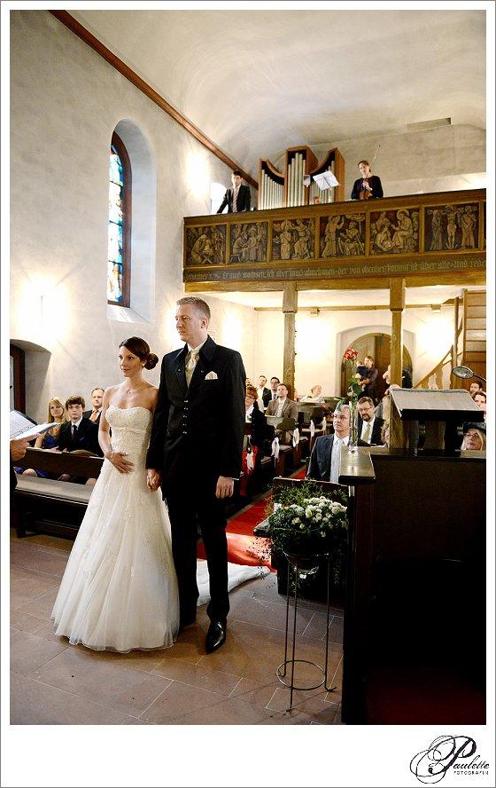 Brautpaar gibt sich das Ja-Wort am Altar in einer kleinen Kapelle in Frankfurt am Main.