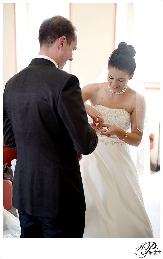 Brautpaar beim Tausch der Eheringe bei der kirchlichen Hochzeit im Vogelsberg fotografiert von Paulette Wise.