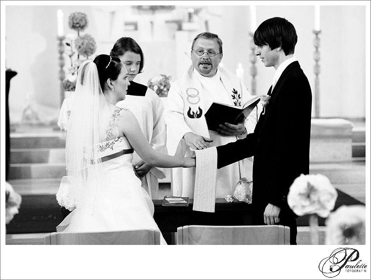 Der Pfarrer segnet das Eheversprechen bei der kirchlichen Trauung in Eisenach.